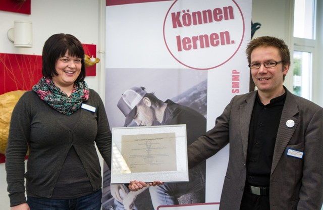 Akademieleiter Andreas Pfläging und Kristina Wegener als Leiterin des Bildungsgangs Ergotherapie freuen sich über die erneute Zertifizierung. Foto: SMMP/Bock