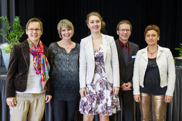 Nicola Herrmann (m.) als Physiotherapeutin und Britta Körner als Ergotherapeutin (2.v.l.) sind die Jahrgangsbesten. Ihnen gratulieren Akademie-Leiter Andreas Pfläging (2.v.r.) sowie die Lehrgangsleiterinnen Anje Hufnagel-Krapp (l.) sowie Sabine Stempski-Ruthen (r.). Foto: SMMP/Bock