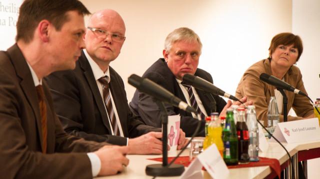 Auf dem Podium (v.l.): Prof. Dr. Roland Brühe, Moderator Günter Eilers, Staatssekretär Karl-Josef Laumann und Brigitte von Germeten-Ortmann. Foto: SMMP/Bock