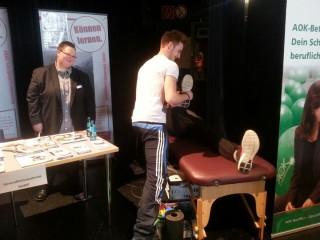 Lernende der Bildungsakademie zeigen den Besuchern der Messe, was Physiotherapeuten lernen