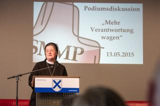 Provinzoberin Sr. Johanna Guthoff begrüßt die Gäste zu der Podiumsdiskussion der Bildungsakademie. Foto: SMMP/Bock