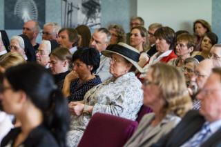 Interessiert verfolgen die 200 Besucher die Diskussion im Bestwiger Bürger- und Rathaus. Foto: SMMP/Bock