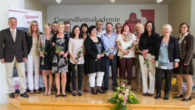 13 Teilnehmerinnen und Teilnehmer haben im Bildungswerk SMMP ihr Zertifikat für die erfolgreich bestandene Leitungsqualifikation für Pflegefachkräfte erhalten. Foto: SMMP/Bock