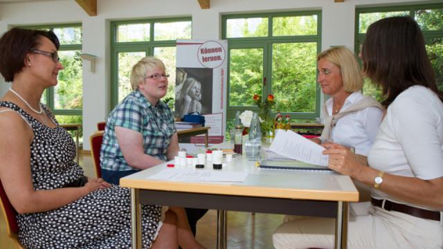 Angenehm ist die Atmosphäre sogar bei der Abschlussprüfung - wie hier bei der Fortbildung zur Aromareferentin. Foto: SMMP/Bock