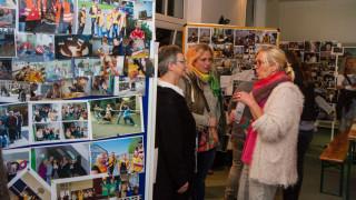 Eine Fotoausstellung in den Räumen der Bildungsakademie an der Bundesstraße in Velmede zeigt die Lebendigkeit der Akademie, die für die Auszubildenden wie eine große Familie ist. Foto: SMMP/Bock