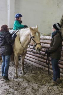 Interessiert sahen die Auszubildenden aus Bestwig der Heilpädagogin bei der Arbeit mit den Kindern zu. Foto: SMMP