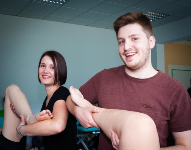Nina Sander und Ambros Schley lernen Physiotherapie in Bestwig. (Foto: SMMP/Beer)