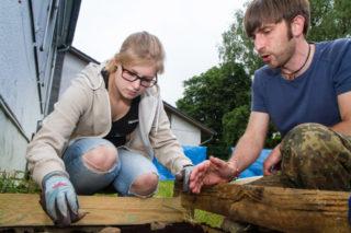 Der Ergotherapie-Dozemt Andreas Schindler erklärt der Auszubildenden Helena Schüngel, wie sie Kartoffeln anbaut. Foto: SMMP/Bock