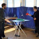 Auch die Kollegen der Bildungsakademie, hier der Verwaltungsmitarbeiter Andree Schaub, waren aktiv beteiligt: Mini - Tischtennis mit Oliver Betzner, Lernender der Ergo 15-18.