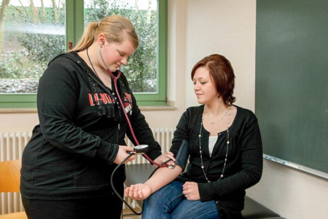 Blutdruckmessung als Anleitungssituation