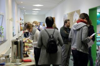 """Auch im """"Cafeteria - Gespräch"""" trafen die Kollegen aus den unterschiedlichen Arbeitsbereichen zum Austausch zusammen"""