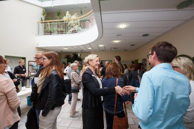 Lehrende, Lernende, Praktiker und viele Unterstützer feierten gemeinsam 45 Jahre Fachseminar für Altenpflege in Geseke. (Foto: SMMP/Beer)
