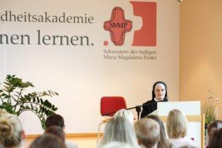 Auch Schwester Ancilla Placida Groß gratulierte zum Jubiläum. Sie war vor 45 Jahren die erste Leiterin des Fachseminars für Altenpflege in Geseke. (Foto: SMMP/Beer)